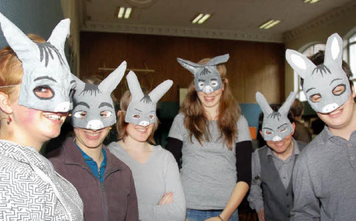Hebel-Gymnasiasten hinter Esel-Masken:...erritt auf ihre recht pfiffige Weise.   | Foto: Nikolaus Trenz