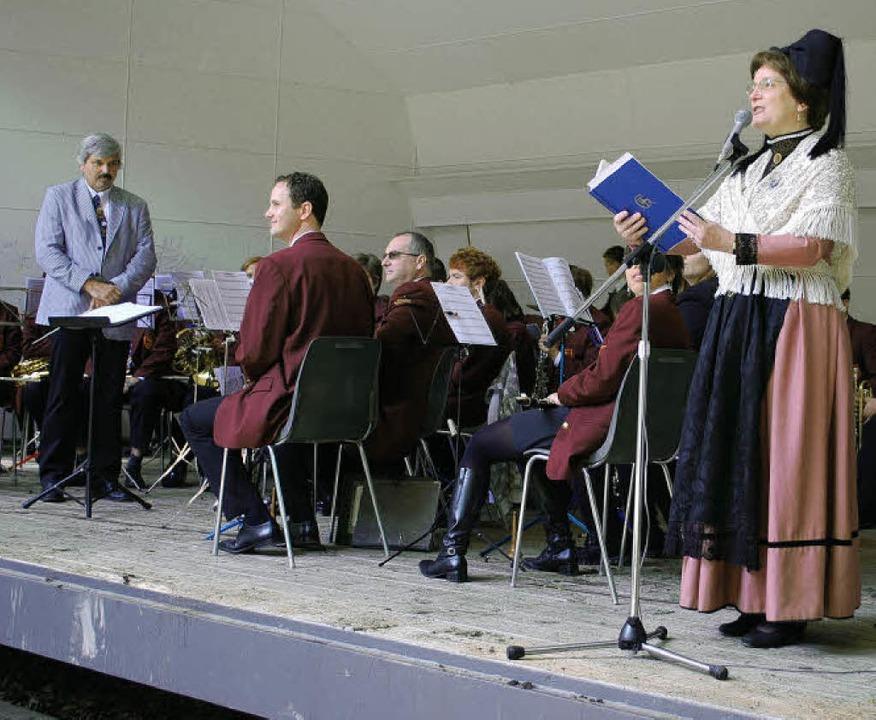 Die Stadtmusik unter der Leitung von U...ann-Buß trug dazu Hebel-Gedichte vor.   | Foto: Thomas Loisl Mink