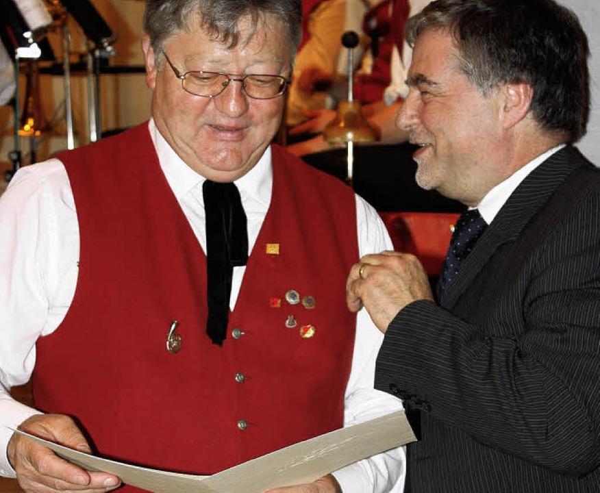 Bernhard Metzger ehrte Fritz Schweizer...n mit der großen goldenen Ehrennadel.   | Foto: Barbara Schmidt