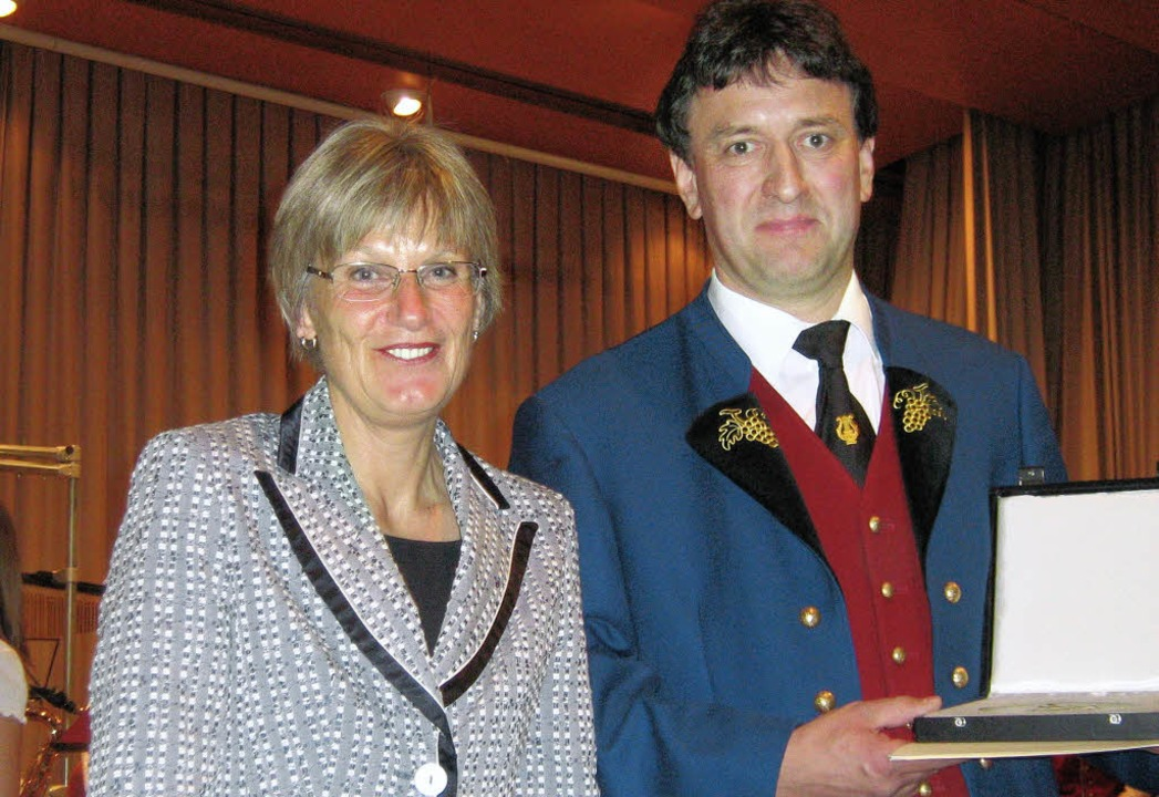 Seltene Auszeichnung: Landrätin Doroth...ür den Verein die Pro-Musica-Plakette.  | Foto: anne freyer