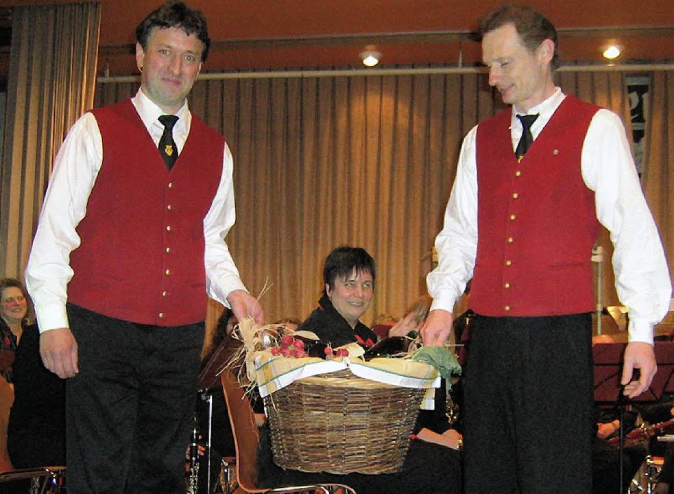 Über einen  Geschenkkorb vom Tunsler P... Günter Andris (links) und Uwe Feist .  | Foto: Anne Freyer