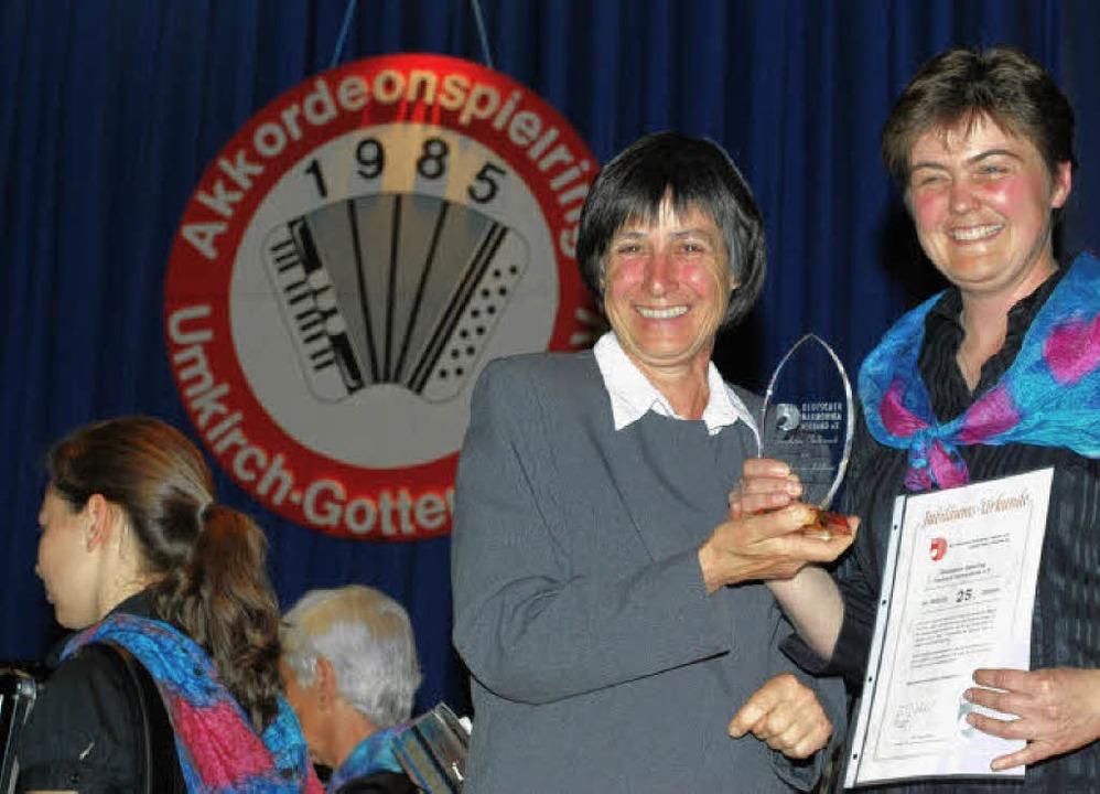Charlotte Eckmann überreicht für den H...ra Krumm (rechts)  eine Auszeichnung.   | Foto: axel Dröber