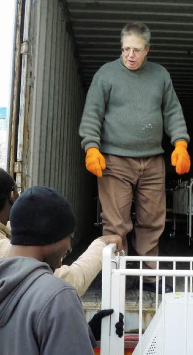 Eine Ladung Hilfe: Charly Gremmelspacher beim Verladen von Gütern   | Foto: privat