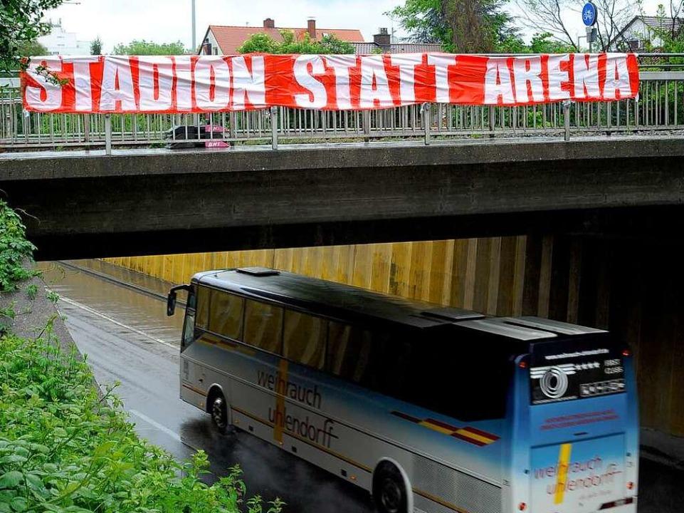 Banner an der B31   (stadteinwärts, aus Westen kommend).  | Foto: Thomas Kunz