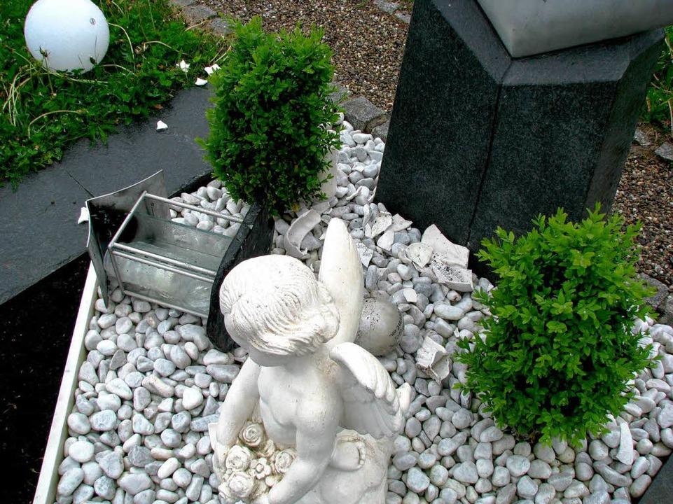 Geschändete Gräber in Stegen.    Foto: Monika Rombach