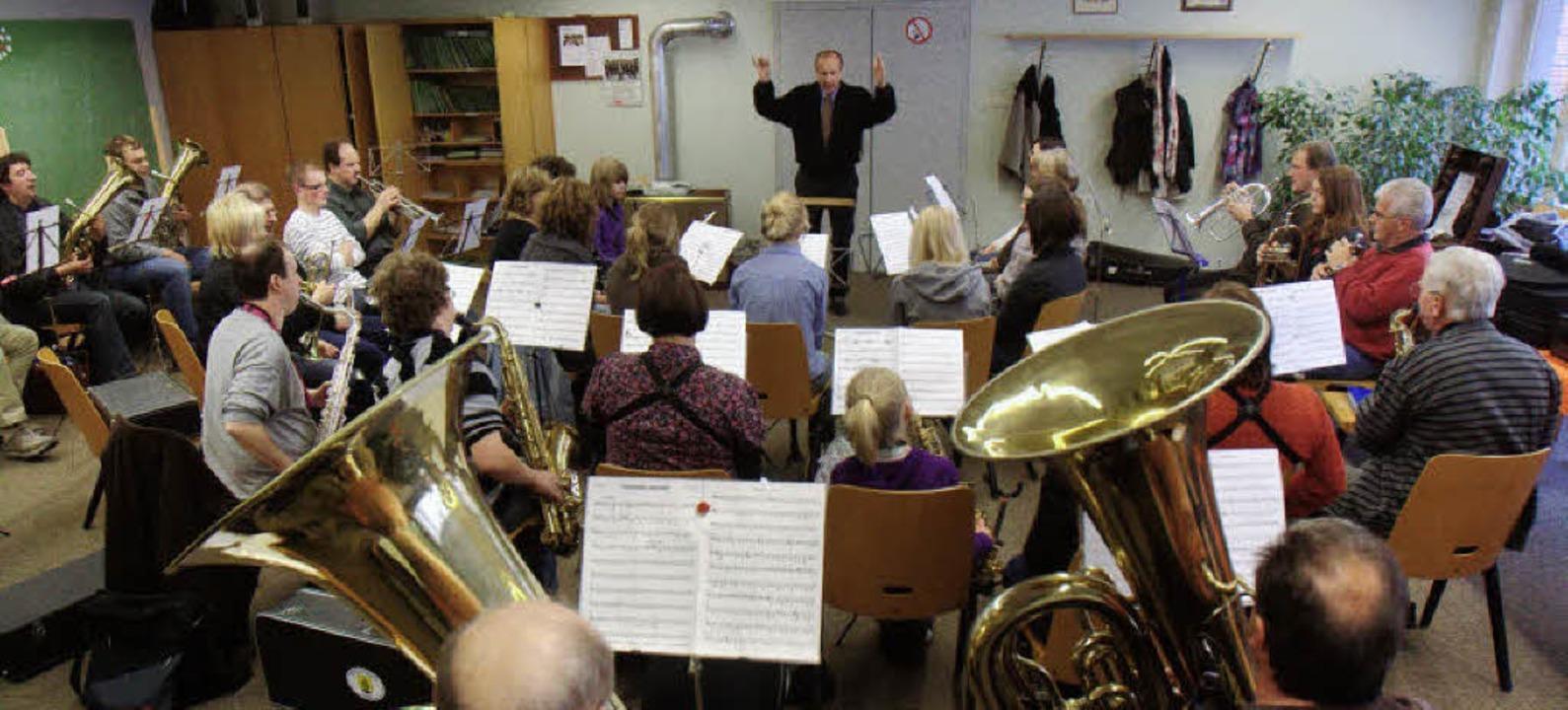 Gastspiel in Bombach: Stadtmusikdirekt...idler bei der Probe zum Viererkonzert.  | Foto: Patrik Müller