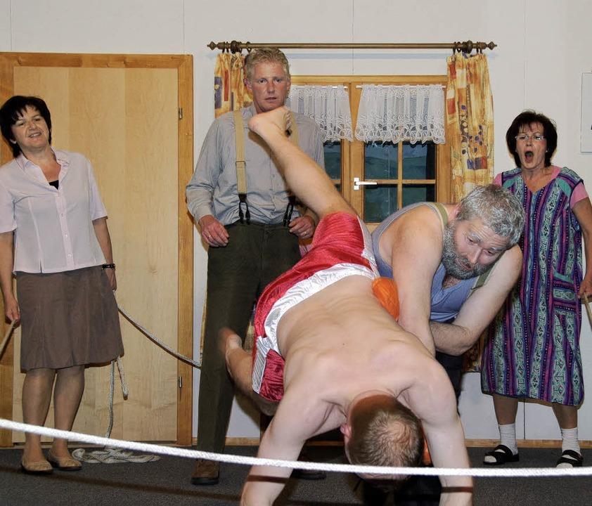 Action war angesagt beim Theaterspiel ...wondo-Kämpfer Ingo (Thomas Gut) k.o.    | Foto: Dietmar Noeske