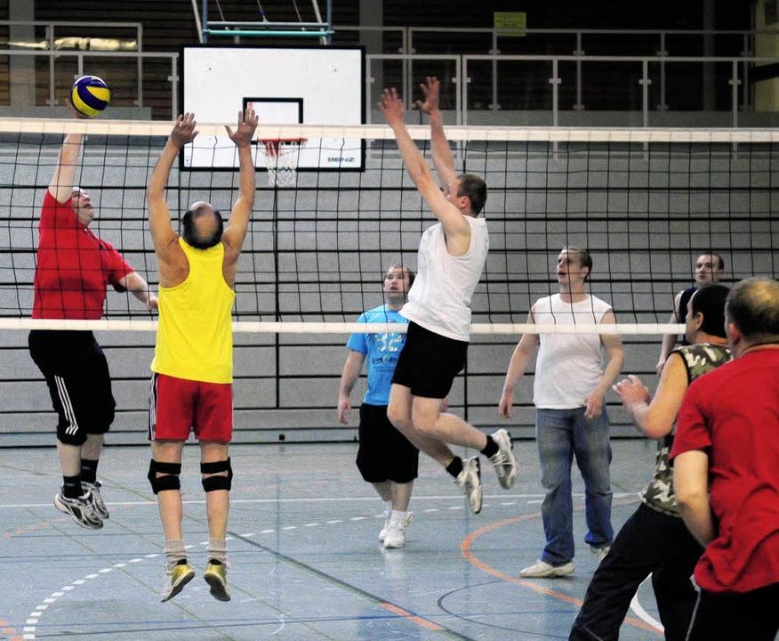 Aktive Männer am Netz – Volleyball in der Ball-Nacht   | Foto: w. künstle
