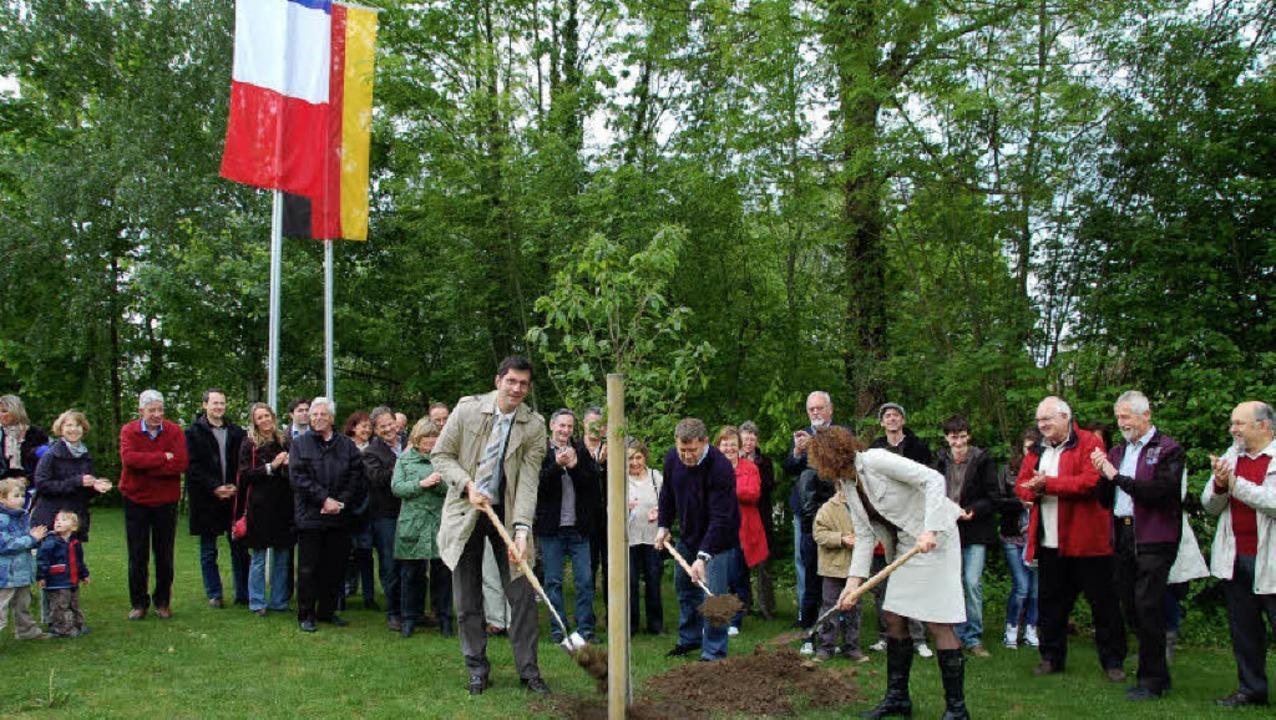 Unter den beiden Staatsflaggen machten...itzki gestern gleich ans Einpflanzen.   | Foto: Grättinger