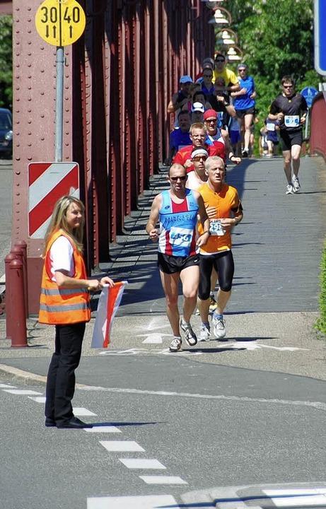Die Läufer werden  sicher durch die Stadt geleitet.   | Foto: Lauber