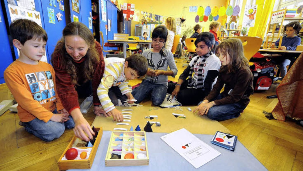 In der Familienklasse werden die Lortz..., von links)  mit Lehrerin Gabi Hess.   | Foto: thomas kunz