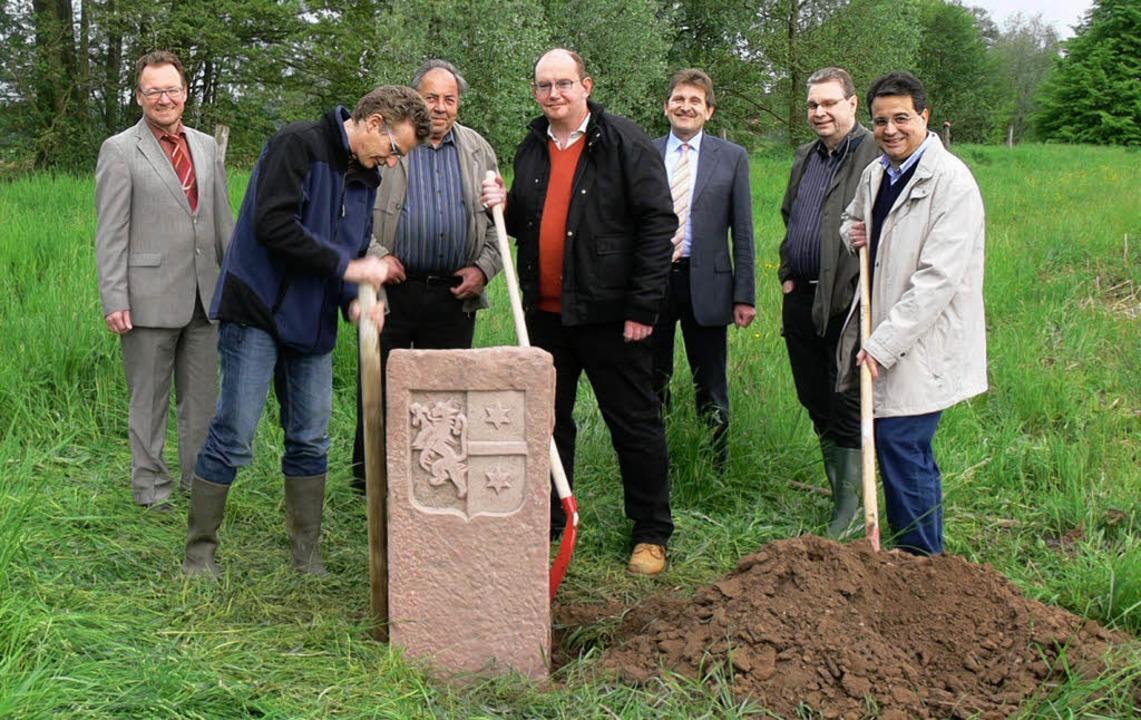 Das Duplikat des historischen Grundste...enheims Ortsvorsteher Jochen Strosack.    Foto: Dieter  Fink