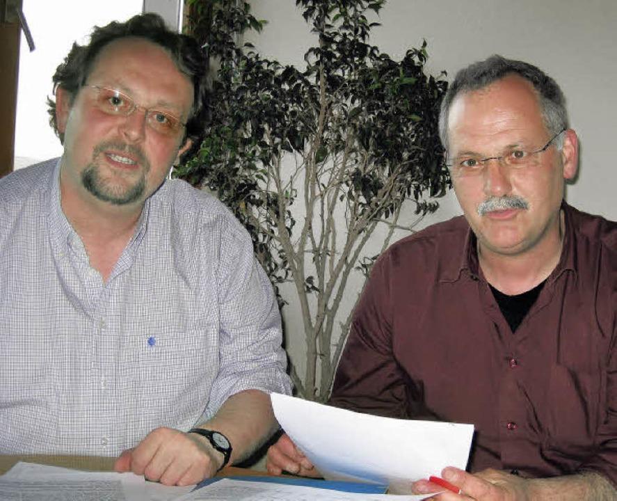 Caritas-Chef Martin Riegraf (links) un...nderheim St. Fridolin und Marienwald.   | Foto: katja mielcarek
