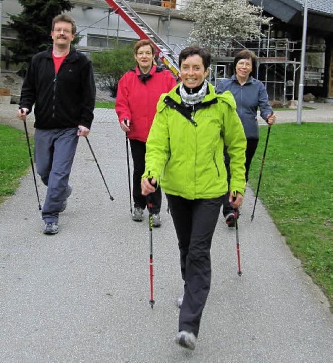 Die Teilnehmer beim Nordic-Walking-Lau...schiert Trainerin Doris Strittmatter.   | Foto: Susanne Filz