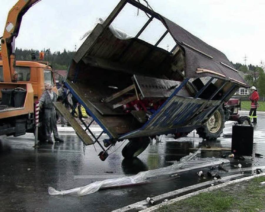 Mit Hilfe eines Kranwagens wurde der u... Hänger wieder auf die Räder gestellt.    Foto: Kamera 24