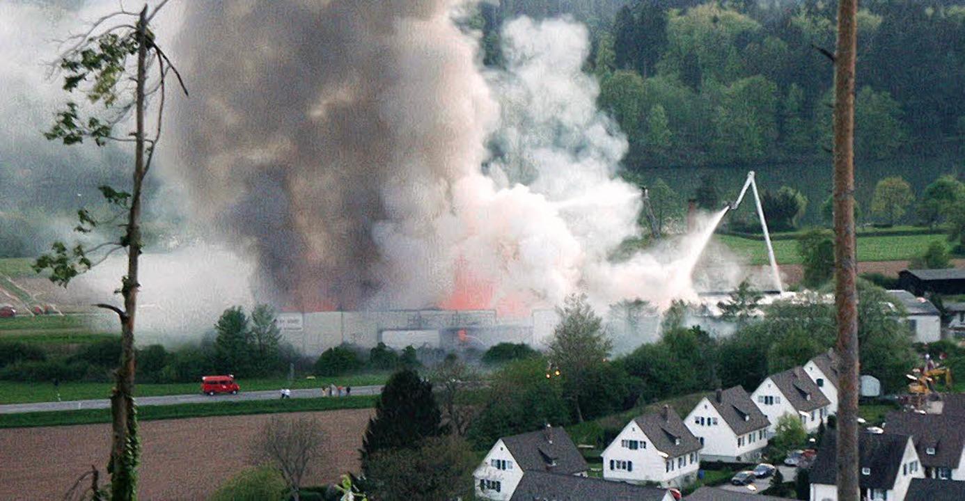 Kostar-Brand am 1. Mai 2005    Foto: Feuerwehr Öflingen