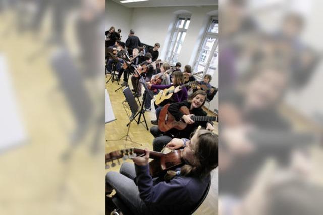 Eurojugendmusikfestival: Junge Leute mit Gitarrenkoffern