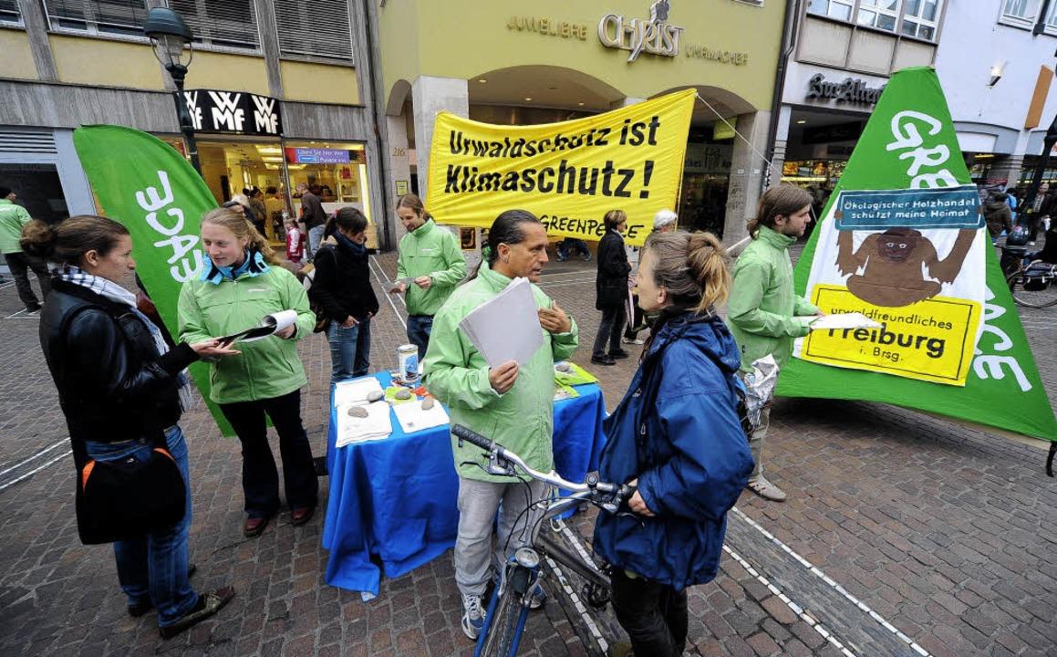 Greenpeace informiert an einem Stand a... über ein urwaldfreundliches Freiburg.  | Foto: Thomas Kunz