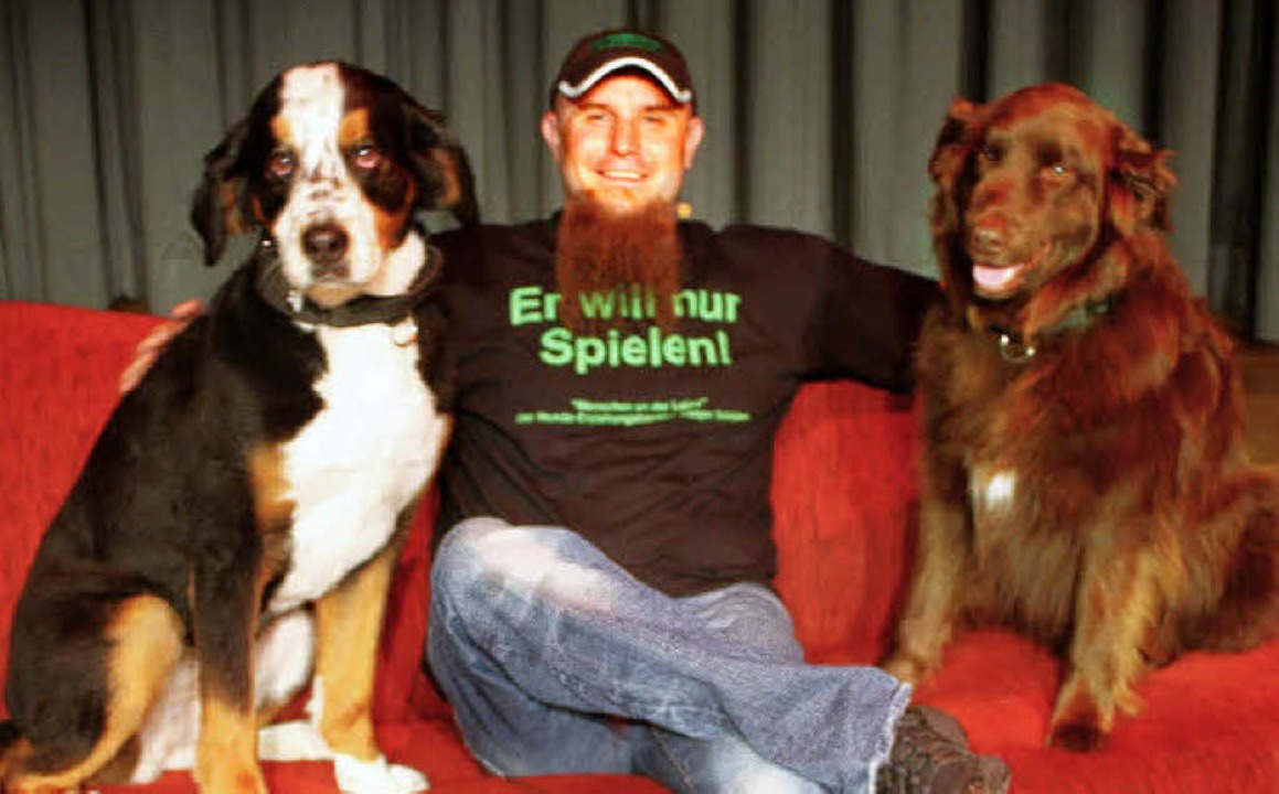 Volles Haus hatte der Hunde-Erziehungs... Er kam mit seinen beiden Vierbeinern.  | Foto: Heiner Fabry