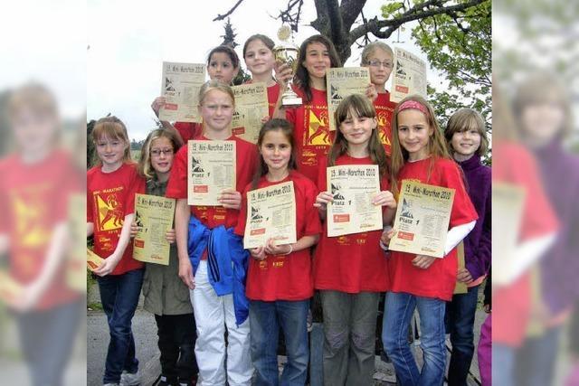 Mädchen der Grundschule holen den Siegerpokal