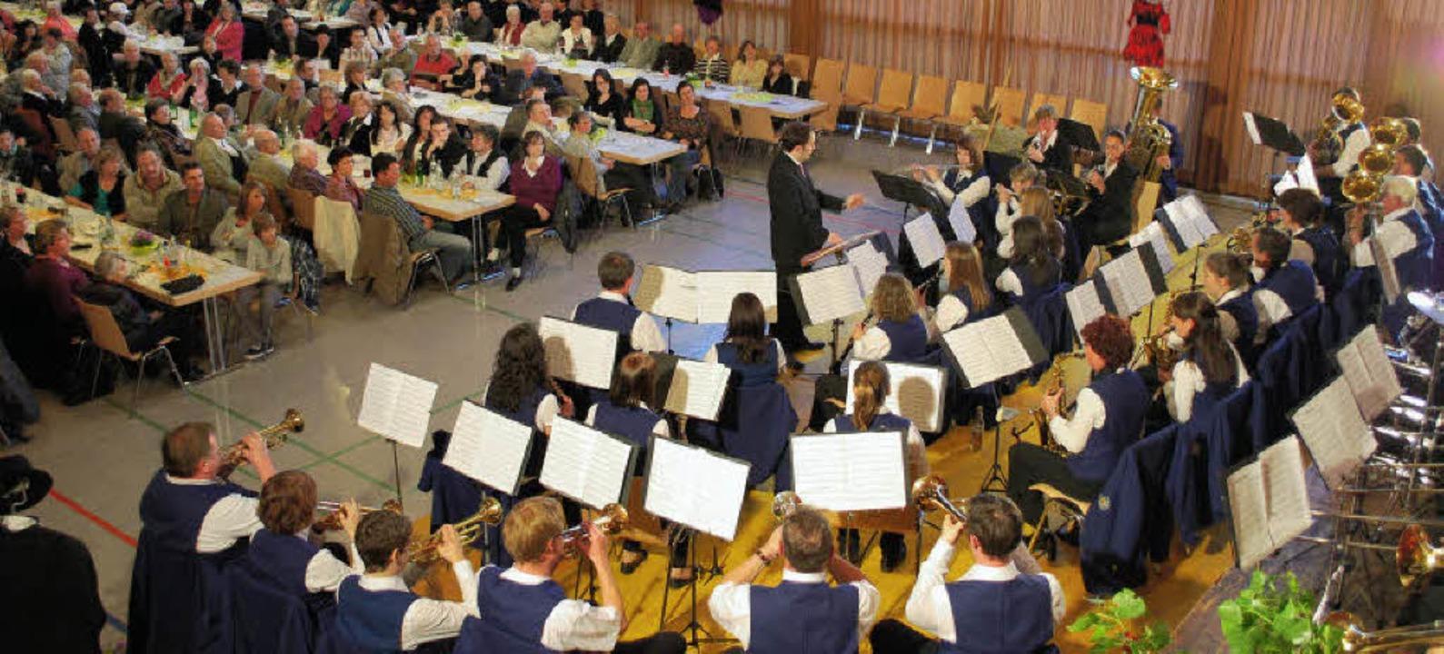 Gut besucht war die Halle beim Doppelkonzert in Schallstadt.   | Foto: Axel Dröber