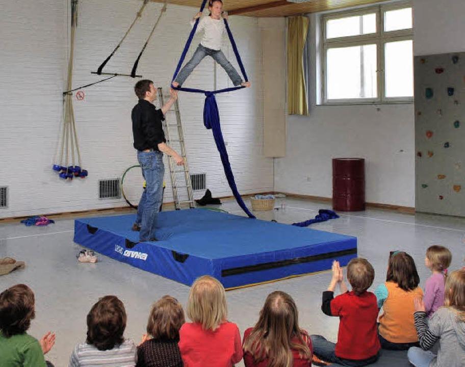 Spontan übten die Grundschüler erste Zirkusnummern.     Foto: axel dröber