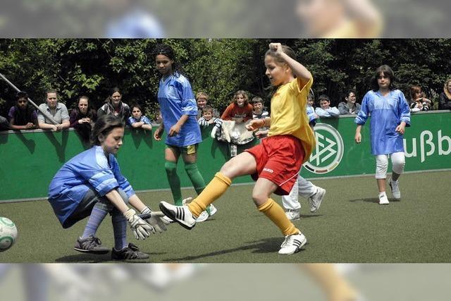 Grüner Teppich für junge Kickerinnen