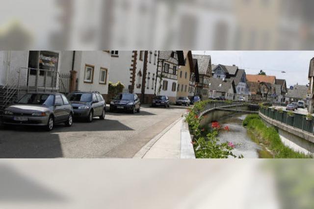 Parkplätze kommen an den Bach