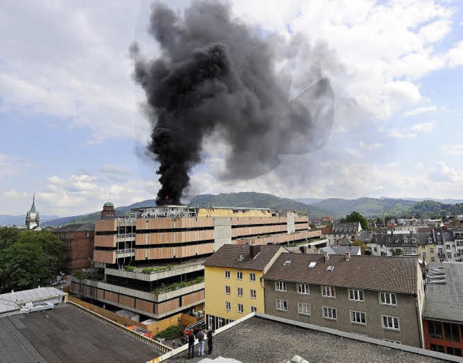 Schwarzer Rauch und Flammen stiegen gestern gegen 16 Uhr vom Dach der UB empor.  | Foto: ingo schneider