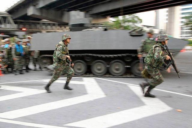 Panzer und Soldaten rücken gegen Rothemden vor