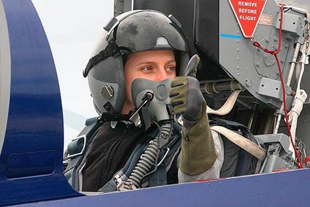 Flughafen-Managerin fliegt im Kampfjet – mit Looping