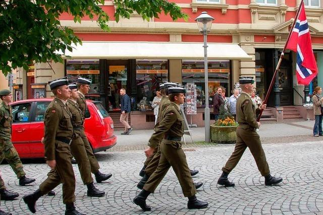 Wallfahrt: 300 Soldaten marschieren durch Offenburg