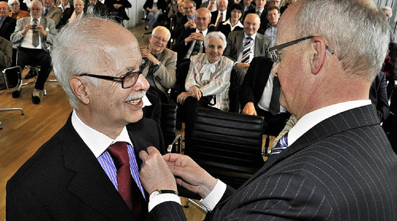 Minister Frankenberg heftet  Helmut Heine den  Orden ans Revers  | Foto: Bamberger