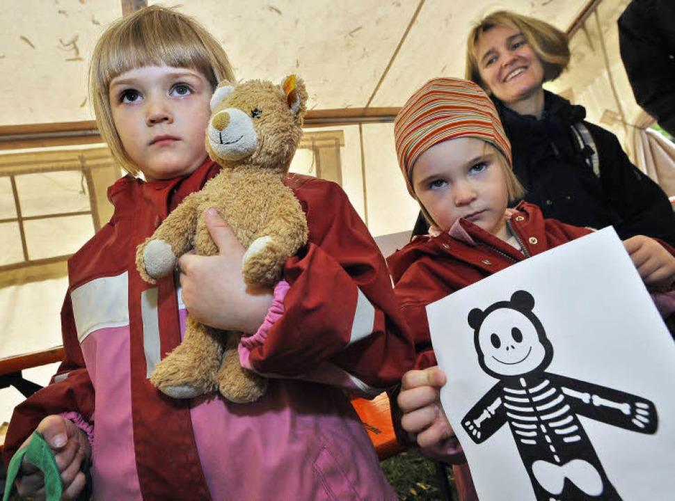 Mit Salbei  wird Hannahs Teddy (links)...zeigt das Röntgenbild ihres Eisbären.   | Foto: bamberger