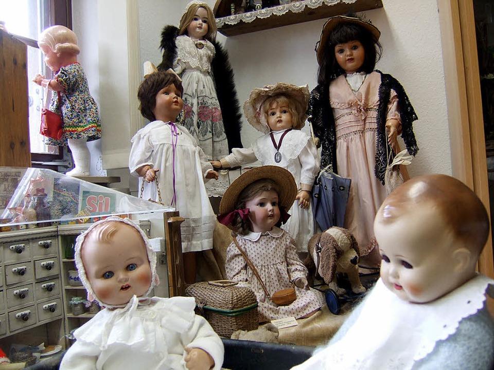 Mehr als 550 Puppen sowie Dutzenden vo...abinett sind nun in Staufen zu sehen.   | Foto: Susanne Müller