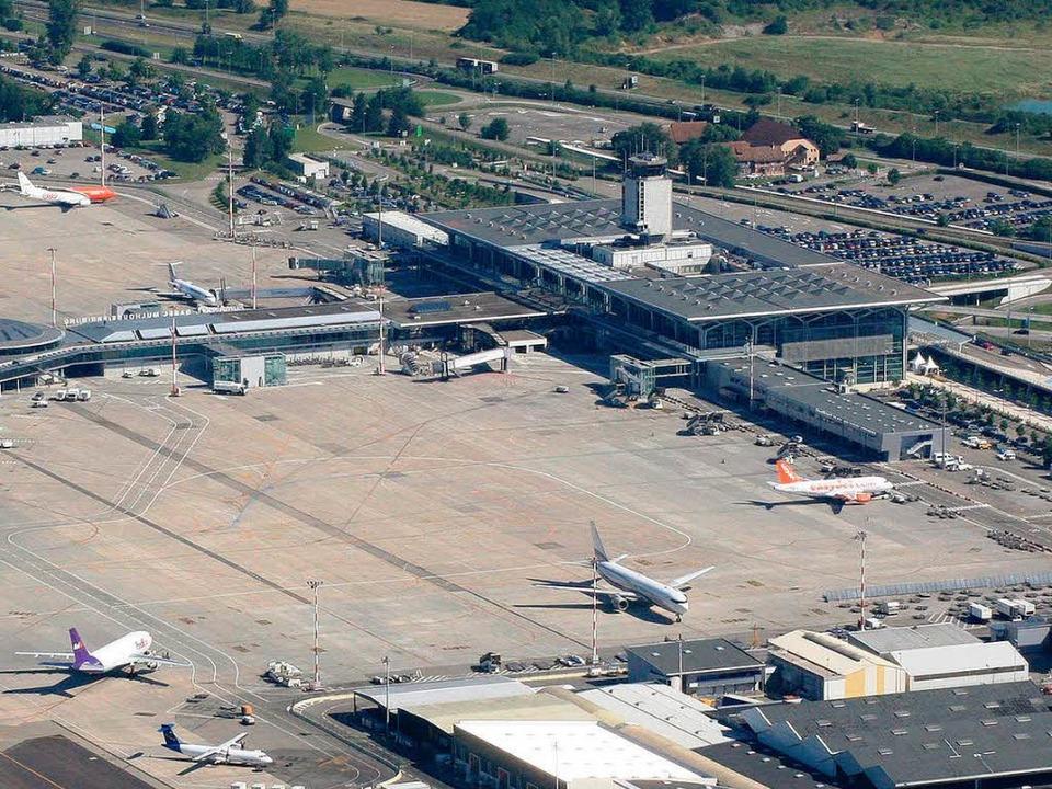 Ein Knotenpunkt, dem mit dem Bahnansch... eine Strippe fehlt: der Euro-Airport.  | Foto: Eriche Meyer