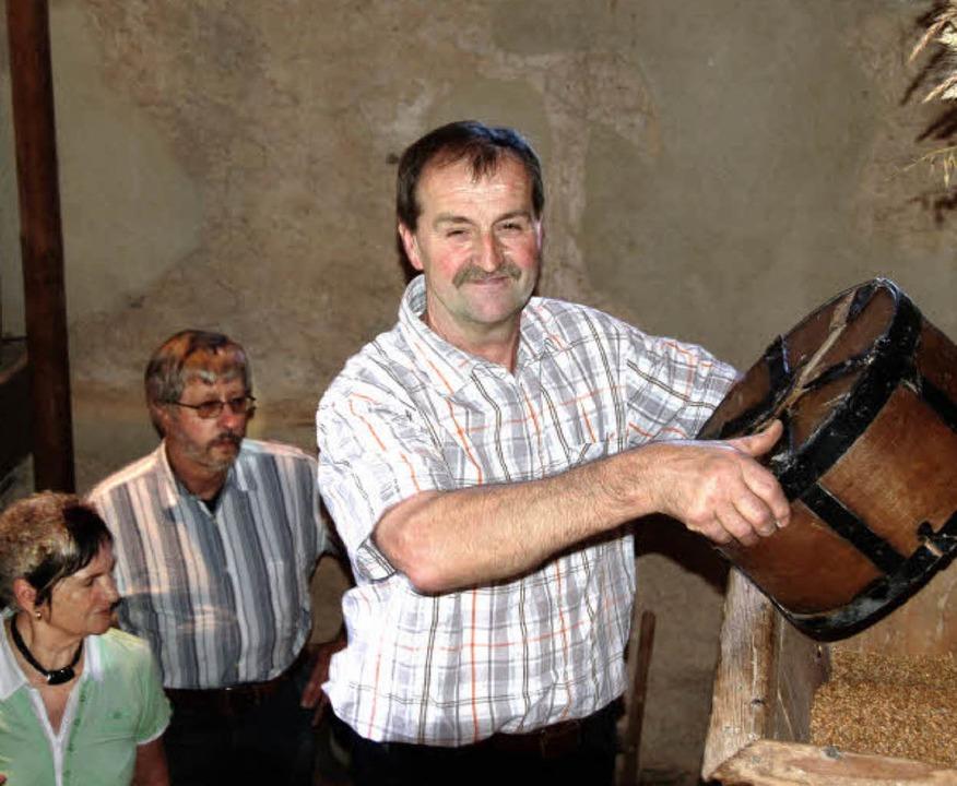Viel zu erzählen weiß Werner Schillinger, der die Mühle im Pechofental betreibt.  | Foto: Pia Grättinegr