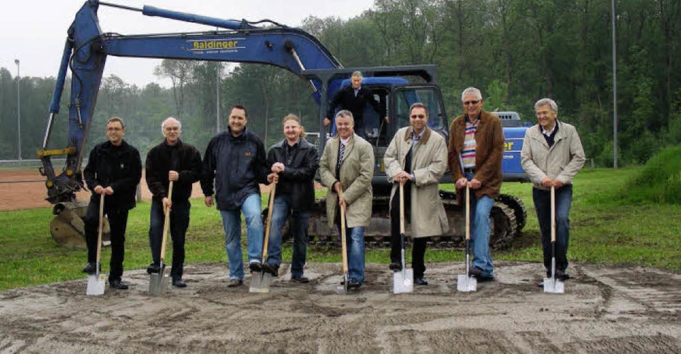 Beim Spatenstich   (von links): Archit...hinten Bauunternehmer Peter Baldinger.  | Foto: mario schöneberg