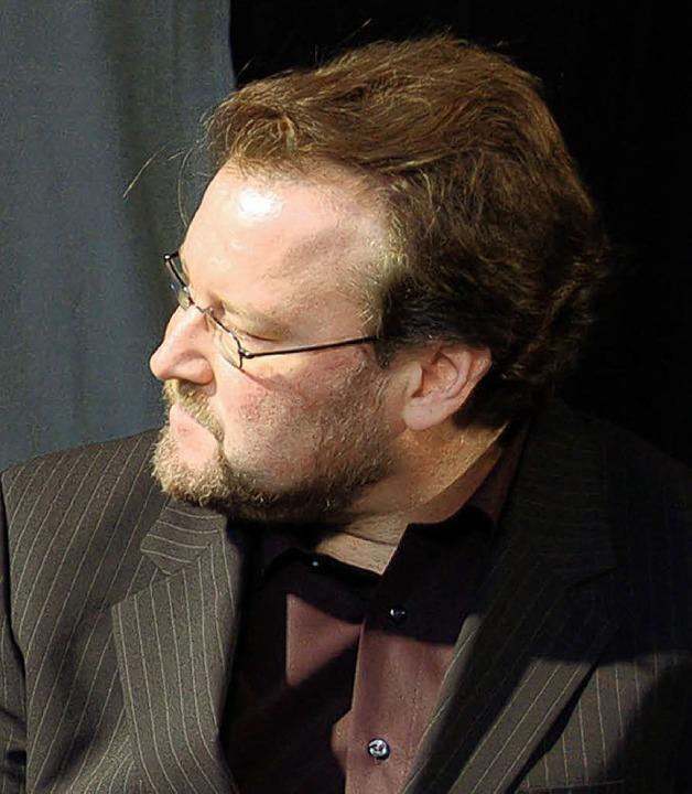 Der städtische Kulturchef Simon Moser ist der Chorleiter.   | Foto: archiv: rab