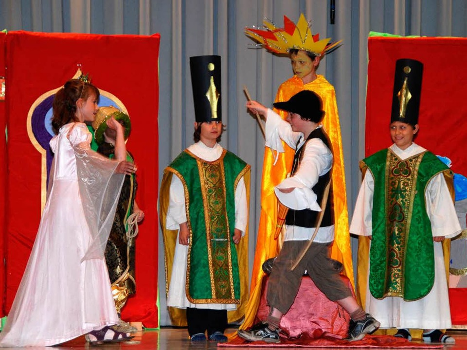 Happy End: Prinz Tamino bekommt seine ...Pamina vor den Augen der Hohepriester.  | Foto: Roland Vitt
