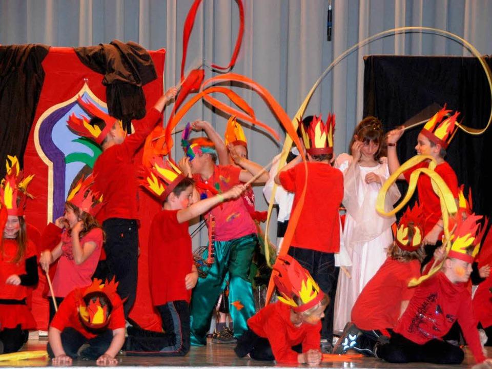 Das Element Feuer verkörperten die Erstklässler mit ihrem feurigen Tanz.  | Foto: Roland Vitt