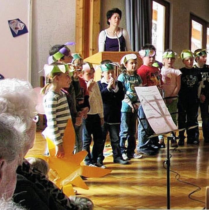 Alt und Jung beim Singen und Spielen.   | Foto: Martin Ehret