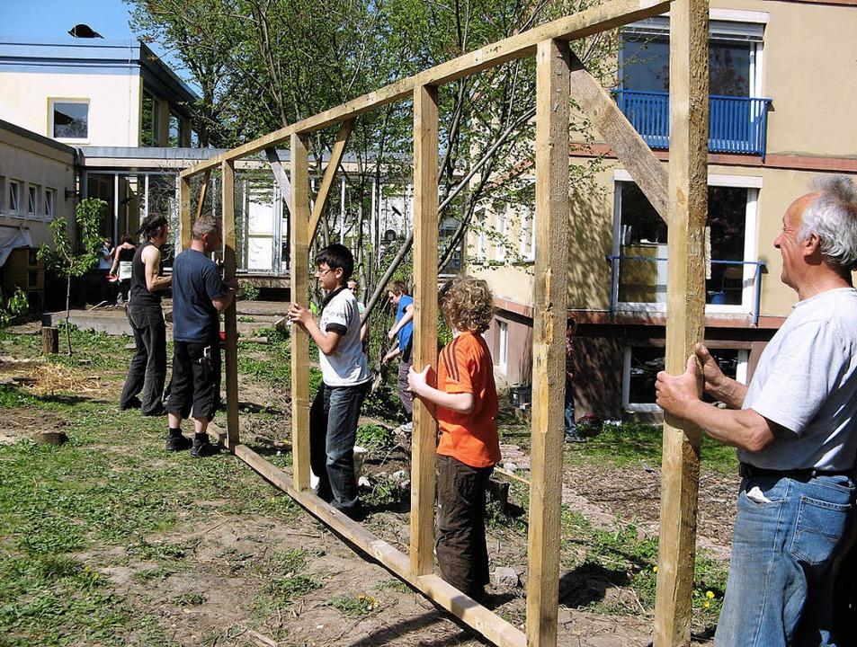Eltern, Schüler und Lehrer packten an beim Gartentag.     Foto: Privat
