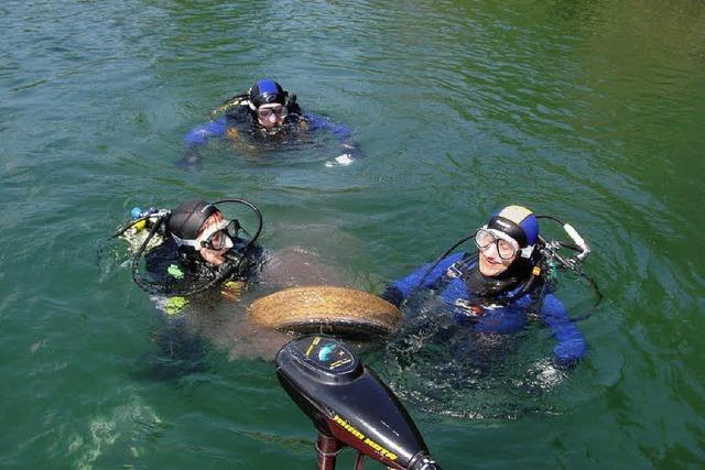 Taucher im Einsatz gegen Müll im See