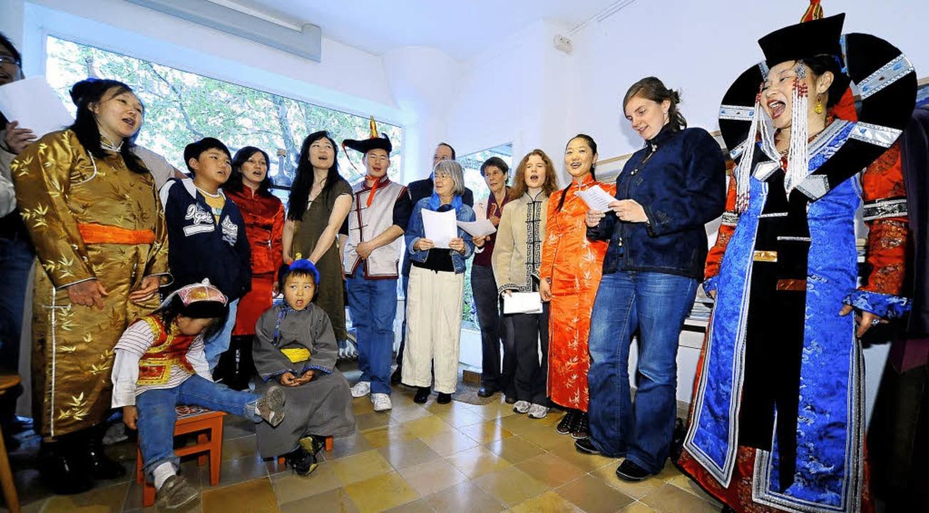 Badamkhorol Samadandmba (ganz rechts) ... es geht – und alle singen mit.     Foto: thomas kunz