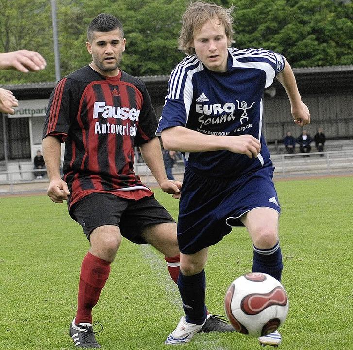 Christian Keller (rechts neben dem Lör...woch gegen den FC Wallbach gefordert.   | Foto: kaufhold