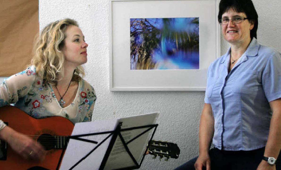 Sigrid Hupfer (rechts) vor einer ihrer...ica Gonlag begleitete auf der Gitarre.  | Foto: Reinhard Cremer