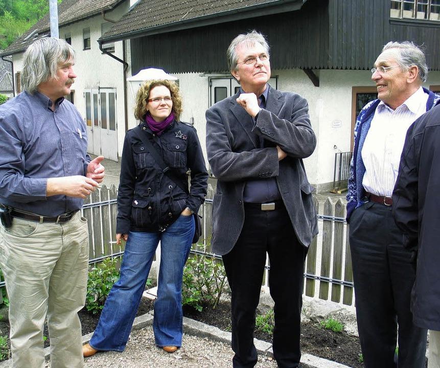 Da schau her: Ernst Kalfaß (links) füh...ch und um die alte Krone in Tegernau.     Foto: Privat