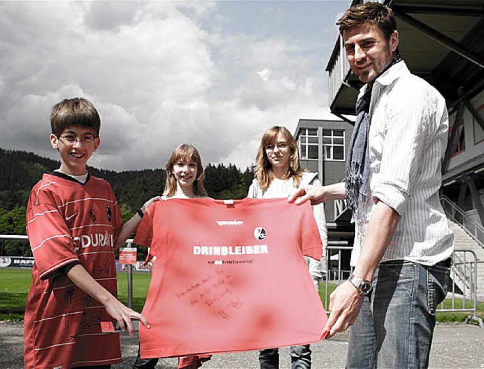 SC-Spieler Heiko Butscher (rechts) unt... die Aids-Hilfe und spendiert T-Shirts  | Foto: privat