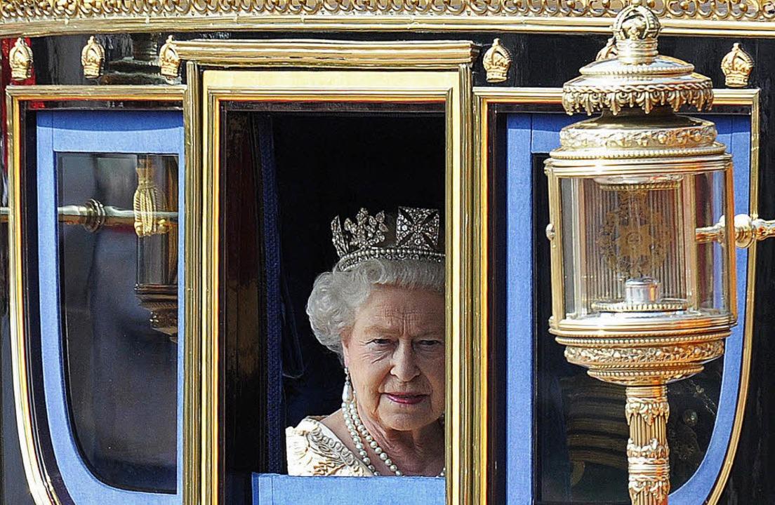 Queen Elizabeth II. auf ihrem Weg ins Oberhaus  | Foto: AFP